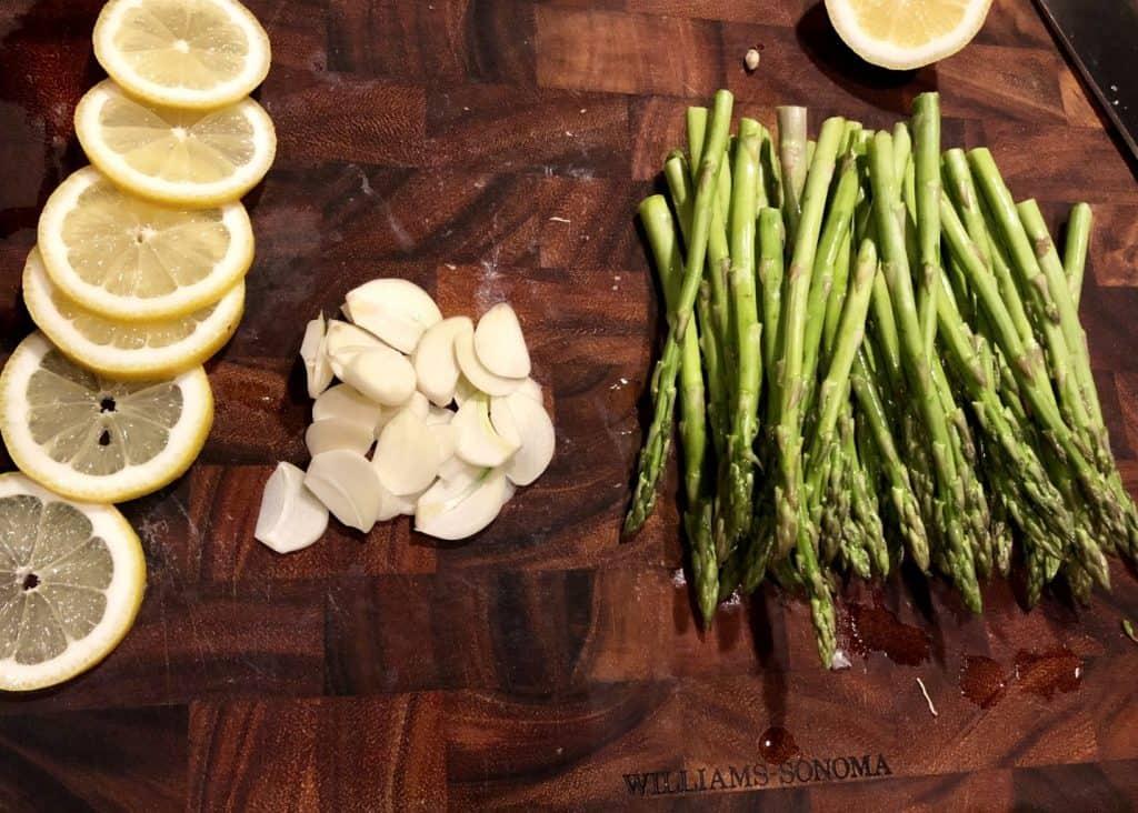 asparagus, sliced garlic, and lemon slices